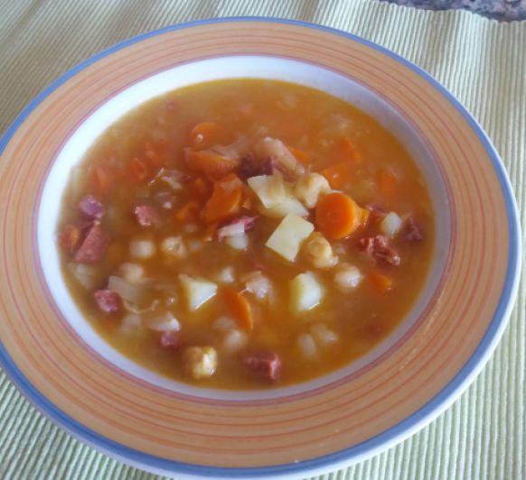 Guiso de garbanzos con verduras y chorizo